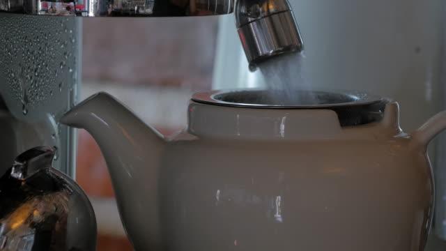 vídeos y material grabado en eventos de stock de verter agua caliente - mug