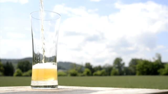 vidéos et rushes de verser la bière lager biiergarten haute définition - verre translucide