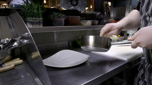 マッシュポテトピューレを皿に注ぐ - マッシュポテト点の映像素材/bロール