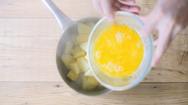 溶融バターと生クリームを鍋に注いで - マッシュポテト点の映像素材/bロール