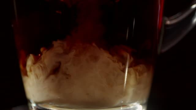 milch in den kaffee gießen - etwas herstellen stock-videos und b-roll-filmmaterial