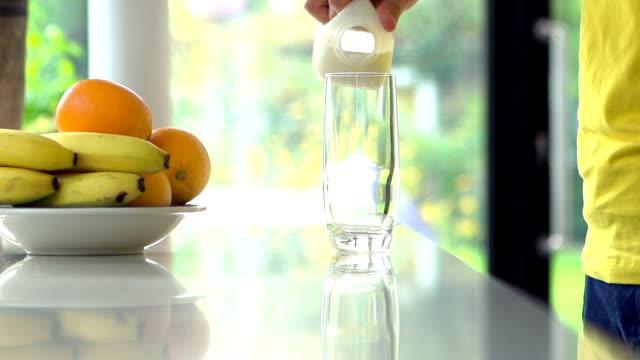 注ぐミルクスローモーション - キッチンカウンター点の映像素材/bロール