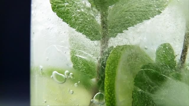 stockvideo's en b-roll-footage met pouring mojito into a glass - alcohol
