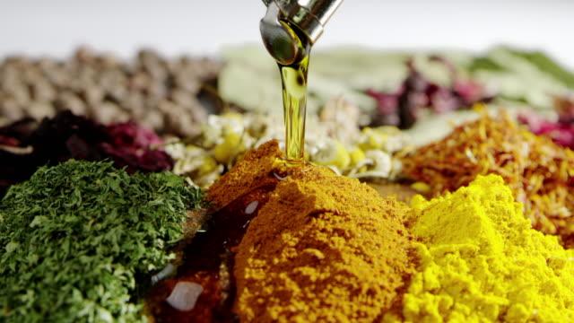 Verser les herbes huile ralenti cuisine assaisonnement ingrédients savoureux