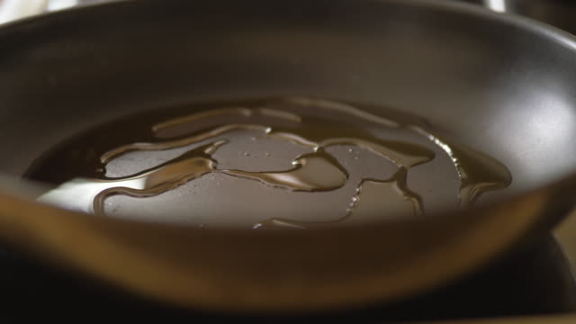 rapsöl in kochtopf gießen - kochgeschirr stock-videos und b-roll-filmmaterial