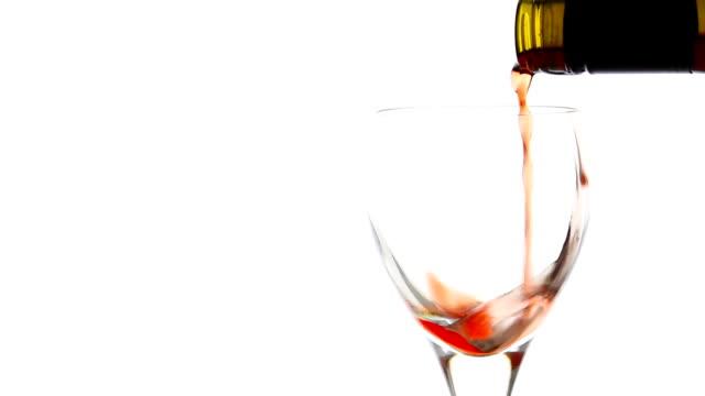 vídeos y material grabado en eventos de stock de verter el vino tinto en fondo blanco - uva cabernet sauvignon