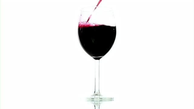 vídeos y material grabado en eventos de stock de hd: verter el vino tinto - vino tinto