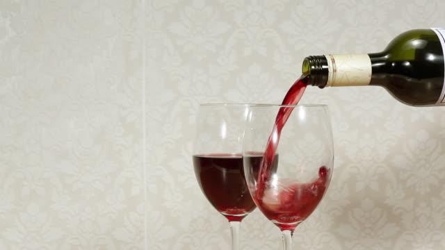 vídeos de stock e filmes b-roll de pouring red wine - três objetos