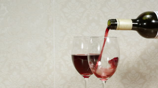 vídeos de stock e filmes b-roll de pouring red wine - papel de parede