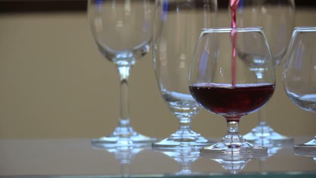 vídeos de stock, filmes e b-roll de servindo vinho tinto. - abuso de substâncias