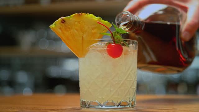 vídeos de stock, filmes e b-roll de slo mo ds derramando rum em um coquetel - coquetel