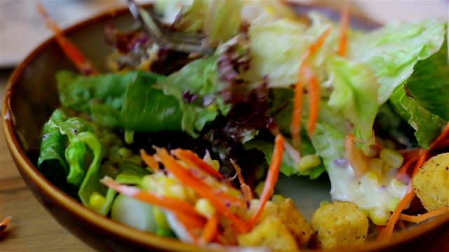 Salat-Sahne-Sauce auf den Salat Gemüse gießen