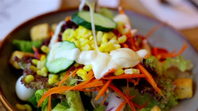 野菜サラダ サラダ クリームを注ぐ - シェーブルチーズ点の映像素材/bロール