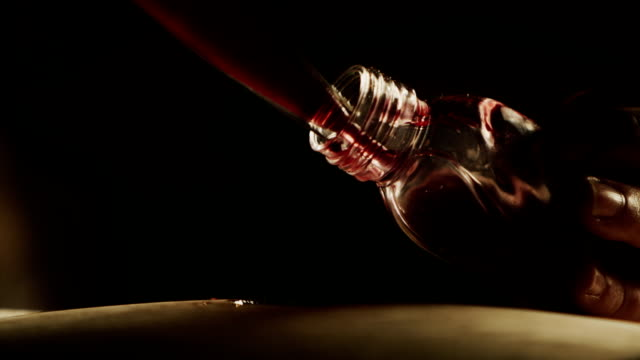 vidéos et rushes de verser l'échantillon de vin dans petite bouteille - pipette