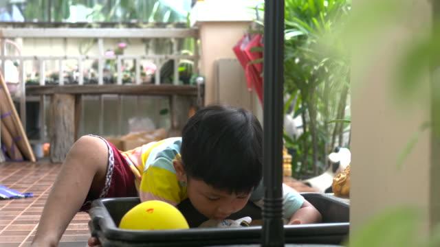 gießen sandzählig - ein männliches baby allein stock-videos und b-roll-filmmaterial