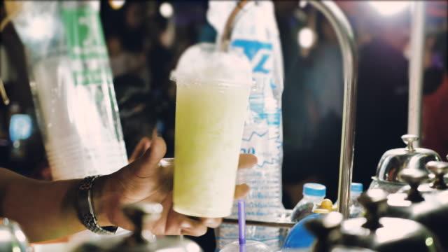 vídeos de stock, filmes e b-roll de derramando água com gás em vidro - congelado