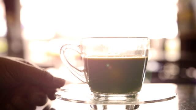 À verser le sucre dans la tasse de café