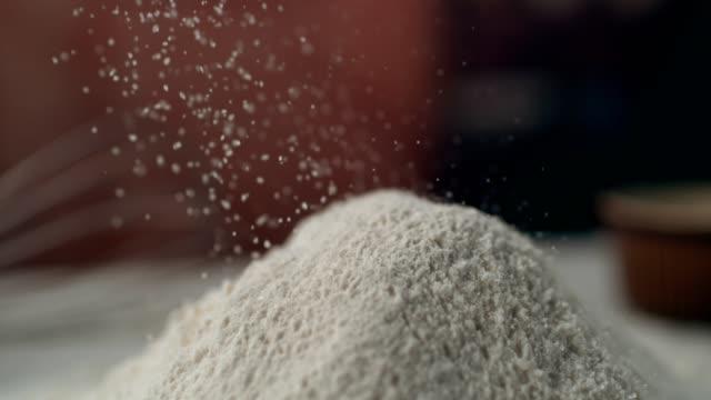 Zucker in Kuchenteig gießen. Super Zeitlupe
