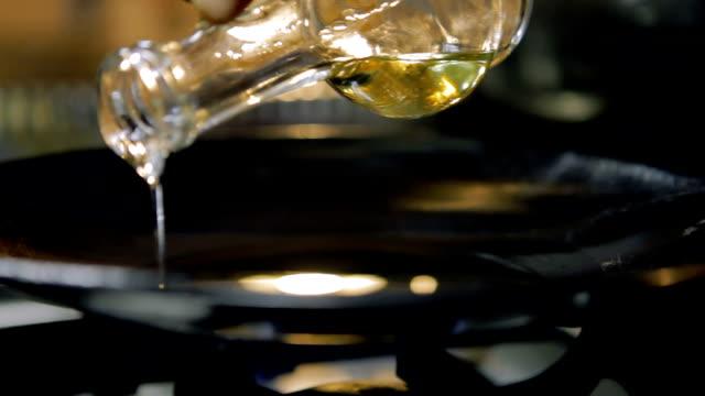 vídeos de stock, filmes e b-roll de óleo de girassol de derramamento - garrafa