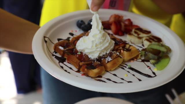 vídeos y material grabado en eventos de stock de verter el jarabe en un waffle - waffles