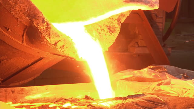 vídeos de stock, filmes e b-roll de pouring the iron mold at the blast furnace - fornalha