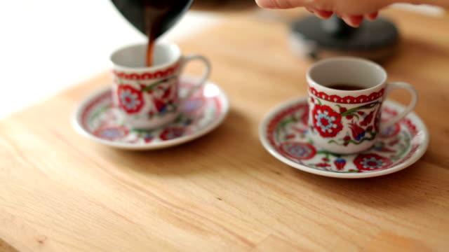 eingießen türkischer kaffee - zwei gegenstände stock-videos und b-roll-filmmaterial