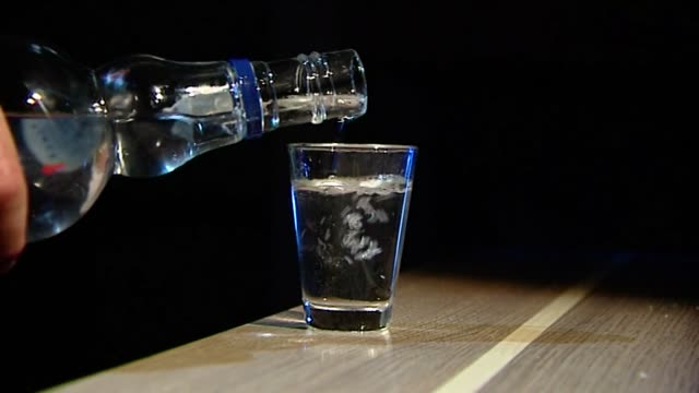 pouring vodka into glass - ウォッカ点の映像素材/bロール