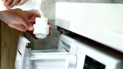 vidéos et rushes de adoucisseur de tissu de lavage de coulée - résolution 4k - laver