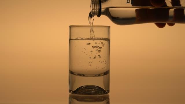 vidéos et rushes de verser de l'eau de bouteille en verre - cinémagraphie