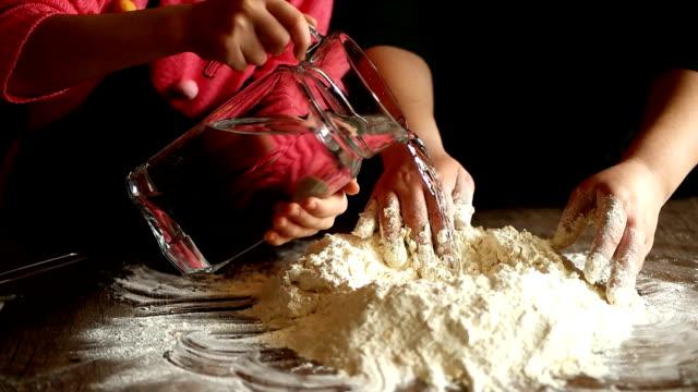 vidéos et rushes de verser de l'eau dans la pâte à gâteau. super ralenti - faire cuire au four