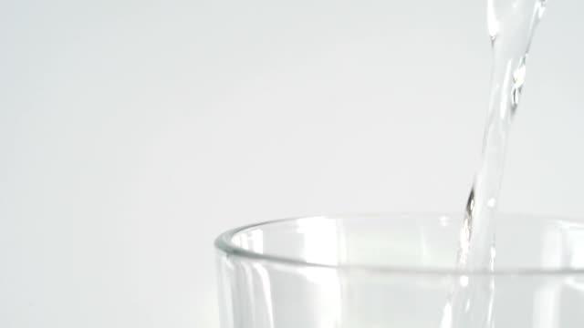 stromende water in glas