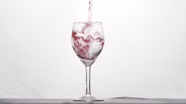 vidéos et rushes de verser de l'eau dans le verre - touche de couleur