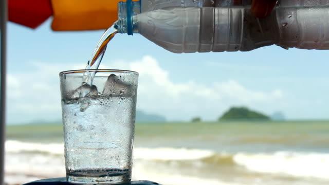 Vertiendo agua en vacaciones en la playa.