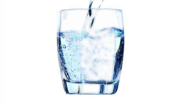 vídeos de stock e filmes b-roll de hd: verter a água - copo vazio