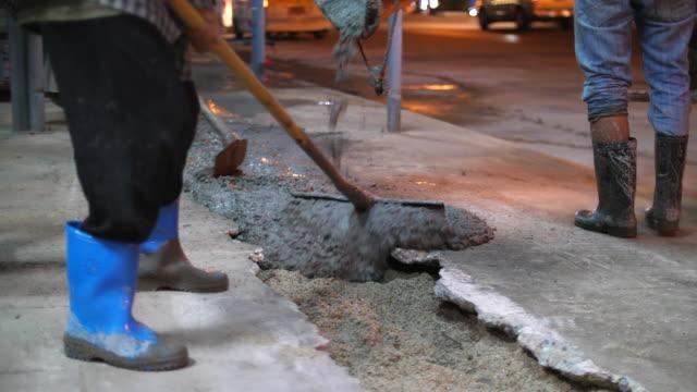 Natte beton gieten in het gat op de vloer