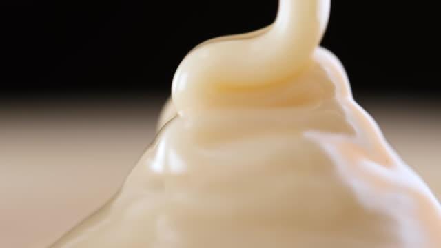 vídeos de stock, filmes e b-roll de derramando molho de chocolate branco - comida doce