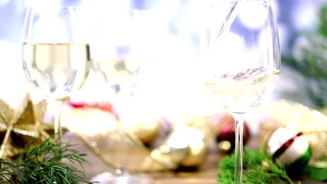 Gießen Sie Wein bei Weihnachtsfeier.