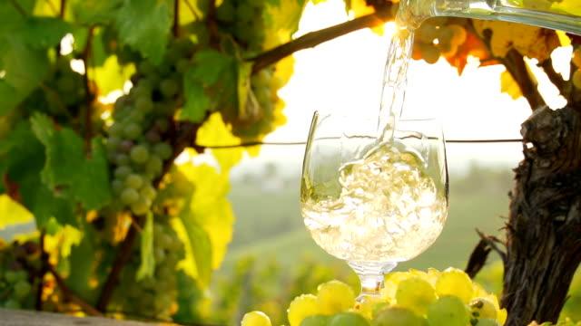 - SUPER ZEITLUPE, HD: Eingießen von einer Flasche Wein