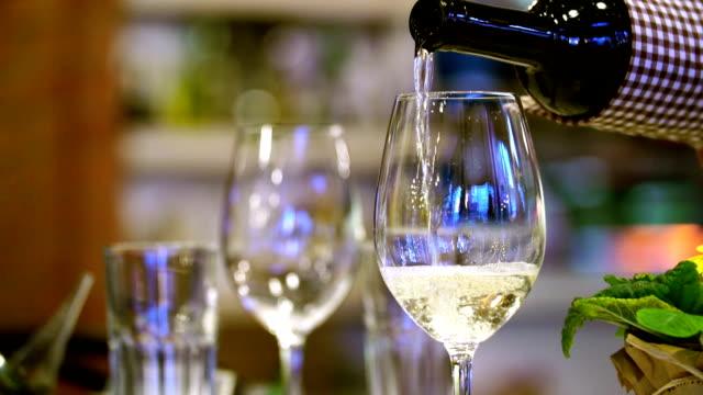 注ぐワインを、レストランです。 - ハッピーアワー点の映像素材/bロール