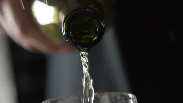 -スローモーションのグラスにワインを注ぐこと - シャンパン点の映像素材/bロール