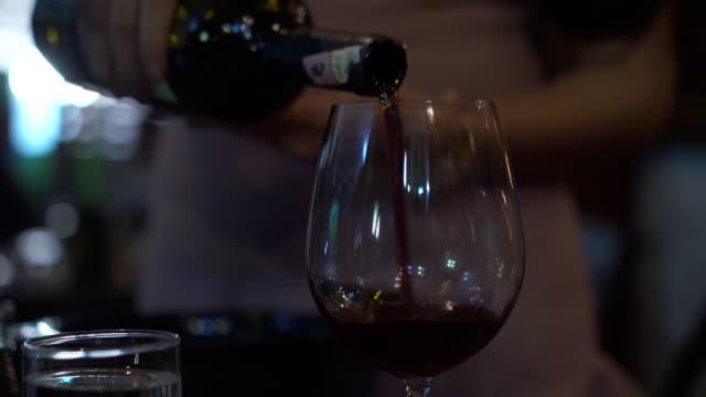 vidéos et rushes de verser le vin (gros plan) - bouteille de vin