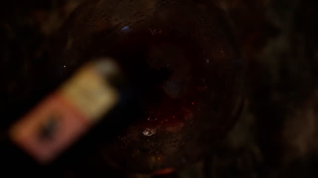 vídeos de stock e filmes b-roll de pouring wine (close up) - copo de vinho