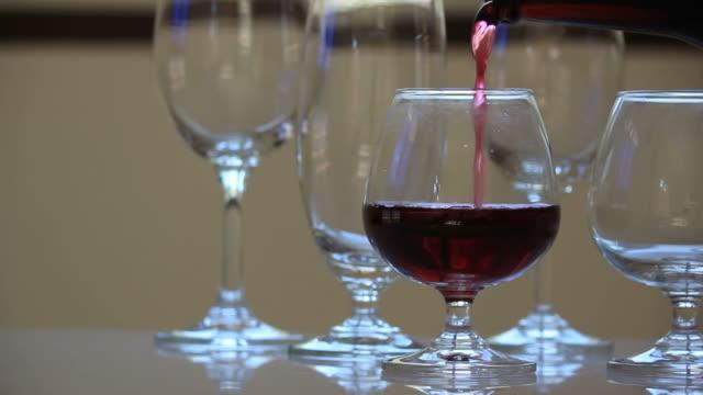 vídeos de stock e filmes b-roll de derrame de vinho. - copo vazio