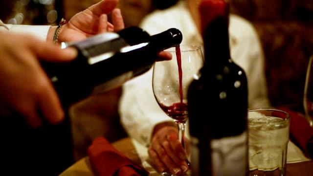 vídeos y material grabado en eventos de stock de verter vino - vino tinto