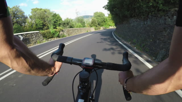 pov cycling in tuscany - gioia video stock e b–roll