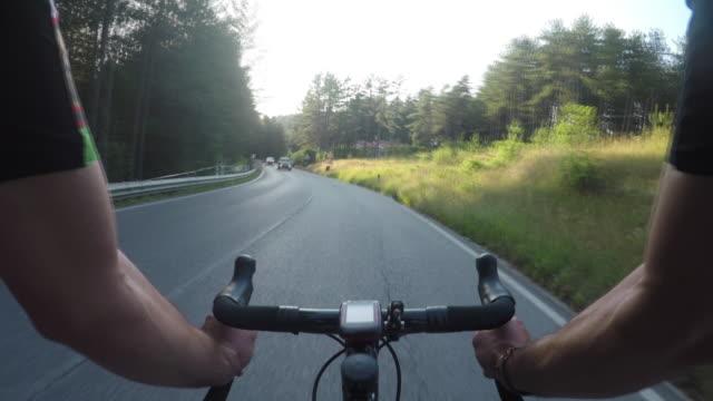 vídeos de stock e filmes b-roll de pov cycling - guiador
