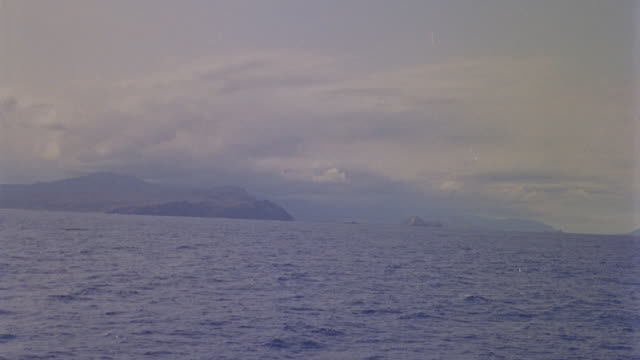 pov from boat to hawaiian islands; moliki on horizon (cba) - isole del pacifico video stock e b–roll