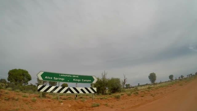 vídeos y material grabado en eventos de stock de pov de coche conduciendo en el interior de australia - dirt road