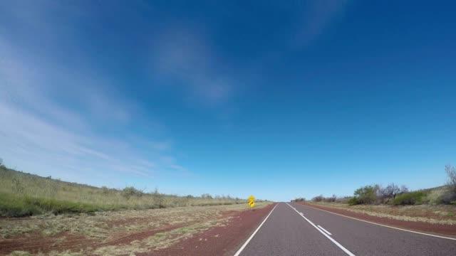 POV van auto rijden in de Australische outback