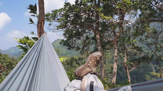 pov av människor sova på hängmattan i regnskog medan trekking - hängmatta sol bildbanksvideor och videomaterial från bakom kulisserna